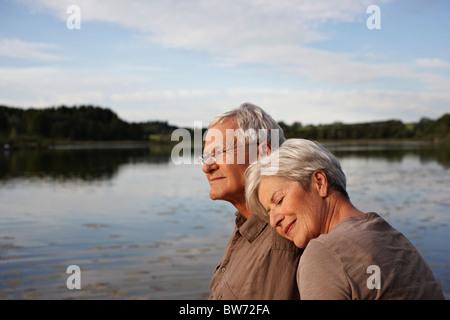 Ältere Frau Kopf liegend mans Schulter