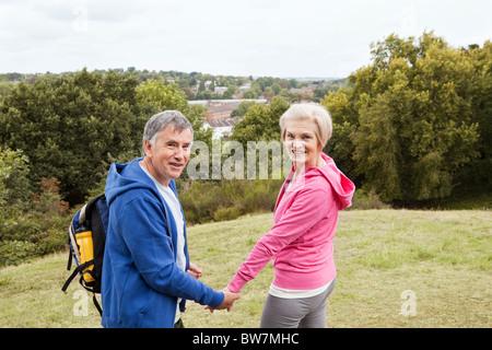 Paare, die auf Land - Stockfoto