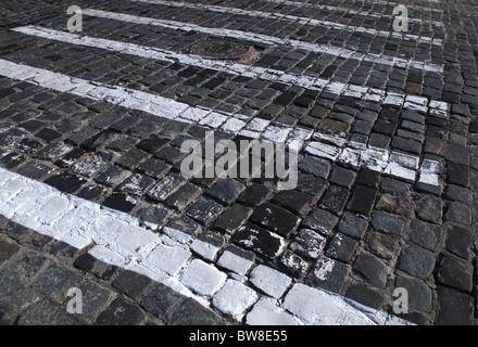 Pflastersteine-Textur mit gemalten weißen Fußgängerüberweg - Stockfoto