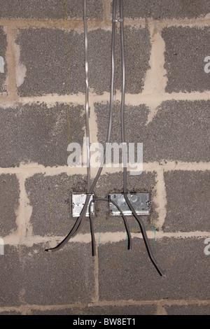 elektrische Licht Schaltkasten während der Installation auf Arbeit Blockwand vor dem Verputzen Elektriker Elektroarbeiten Sicherheit Verdrahtung