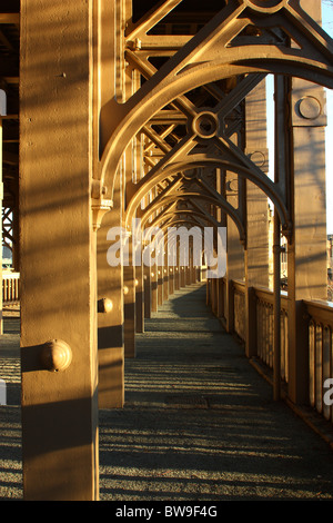 Die Schmiedearbeiten von historischen High Level Bridge über den Fluss Tyne in Newcastle, Tyne and Wear, UK. - Stockfoto