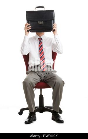 Porträt der schüchterne Geschäftsmann versteckt sein Gesicht hinter Aktentasche - Stockfoto
