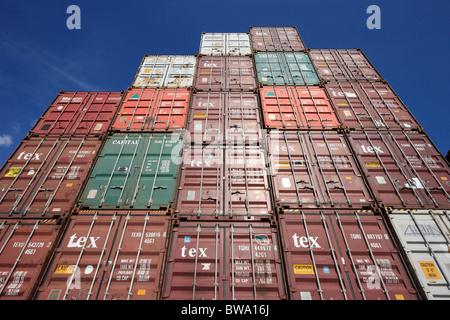 Ein Stapel von Containern im Hafen von Hamburg, Deutschland - Stockfoto