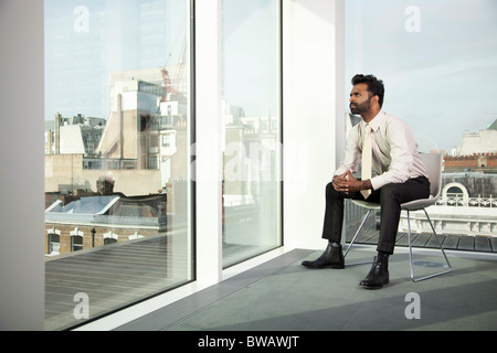 Blick aus dem Bürofenster Geschäftsmann - Stockfoto