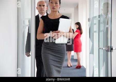 Geschäftsleute Korridor hinunter - Stockfoto