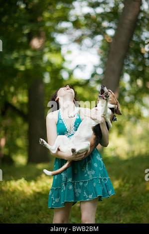 Frau hält ihr Haustier beagle - Stockfoto