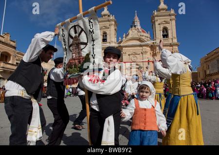 Teilnehmenden Paare, die Durchführung einer mittelalterlichen Tanz der Liebe, Fröhlichkeit und Aufstand während - Stockfoto