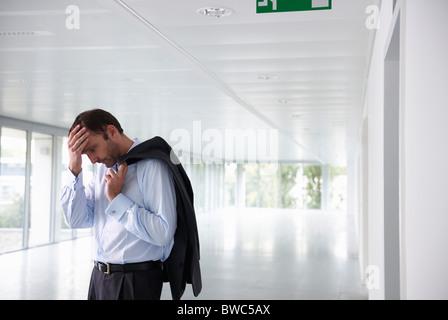 Gestressten Geschäftsmann in ein leeres Büro - Stockfoto
