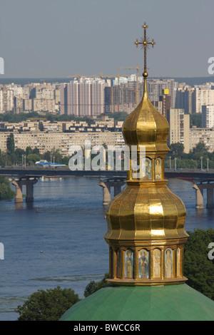 Turm des unteren Lawra Kloster vor dem Dnjepr und die moderne Skyline von Kiew, Hauptstadt der Ukraine - Stockfoto