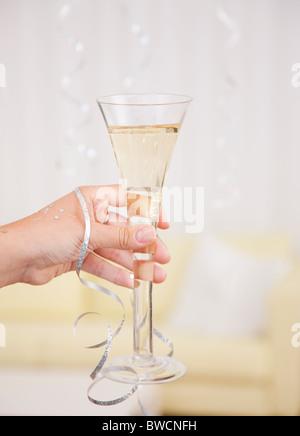 USA, Illinois, Metamora, Womans Hand mit Champagner - Stockfoto
