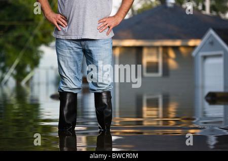 USA, Illinois, Chillicothe, Mitte erwachsenen Mann, der im Wasser in Gummistiefeln, Mittelteil - Stockfoto