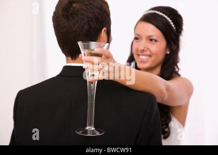 USA, Illinois, Metamora, Studioaufnahme von Braut und Bräutigam tanzen - Stockfoto
