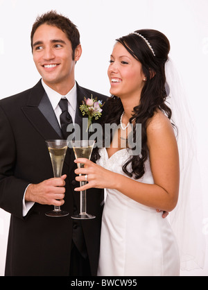 USA, Illinois, Metamora, Studio Schuss von Braut und Bräutigam halten Sektgläser - Stockfoto