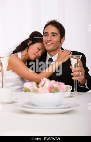 USA, Illinois, Metamora, Studioaufnahme von Braut und Bräutigam - Stockfoto