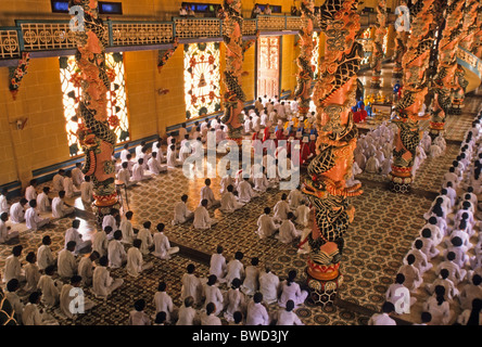 Mittags-Service im Caodai große Tempel in Tay Ninh, Vietnam - Stockfoto