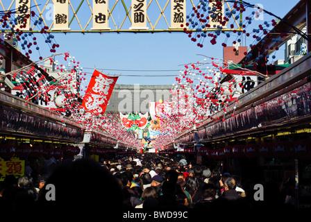 Nakamise Freiluftmarkt in Asakusa Leadig Sensoji Tempel voller Leute während der neuen Jahre Feierlichkeiten - Stockfoto