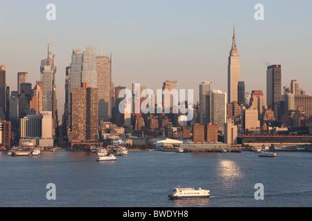 blick ber die skyline von manhattan vom empire state building new york usa stockfoto bild. Black Bedroom Furniture Sets. Home Design Ideas