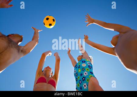 Familie, Ballspiele am Strand - Stockfoto