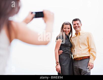 Paare, die ihre Foto - Stockfoto