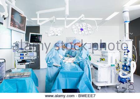 Konzentrierende Chirurgen die Operation im OP-Saal - Stockfoto