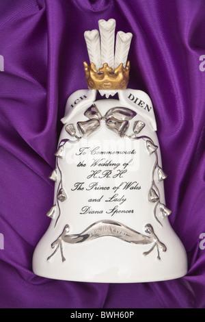 Porzellan-Glocke zum Gedenken an die Hochzeit von H.R.H The Prince Of Wales und Lady Diana Spencer Stockfoto