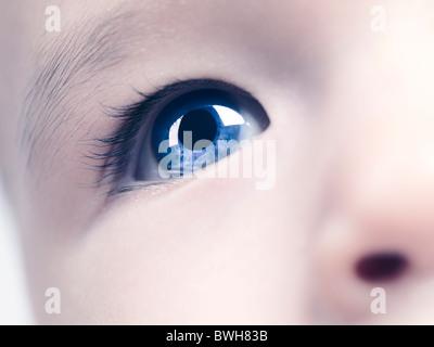 Nahaufnahme eines blauen Auges eines sechs Monate alten Baby-jungen. Digital verändert. - Stockfoto