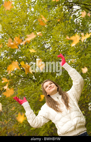 Porträt von fröhliches junges Mädchen spielen mit Ahorn-Blätter - Stockfoto