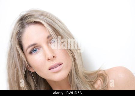 Junge Frau, Blick in die Kamera - Stockfoto