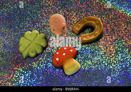 viel Glück Bringer kleine Schweine Schwein 4-blättrige Kleeblatt Shamrock Fliegenpilz Hufeisen Marzipan Süßigkeiten - Stockfoto