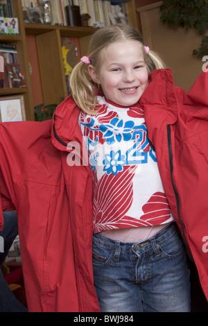 Hyperaktives Kind und Oversize-Mantel - Stockfoto