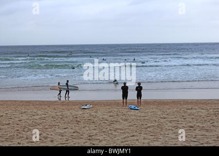 After-Work-Surfer auf Queenscliff Beach, Manly, Sydney, New South Wales, NSW, Ost-Australien, Australien - Stockfoto