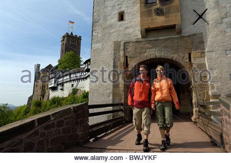 Zu zweit am Wartburg Schloss Eingang, Eisenach, Thüringer Wald, Thüringen, Deutschland - Stockfoto