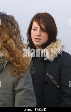 Zwei Frauen Freunde ernsten Ausdruck aufrichtigen Gespräch ernst reden - Stockfoto