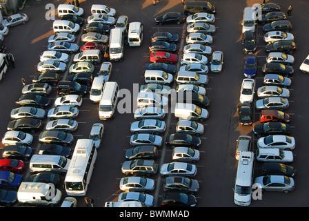 ISTANBUL, TÜRKEI. Einen erhöhten Blick auf einen sehr belebten Parkplatz im Stadtteil Beyoglu. 2010. - Stockfoto