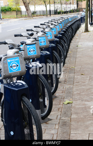 Eine Reihe von Boris Bikes zu mieten im Stadtteil im Süden von London - Stockfoto