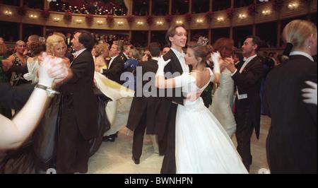 Tänzer WALZING am Wiener Opernball, Österreich. - Stockfoto