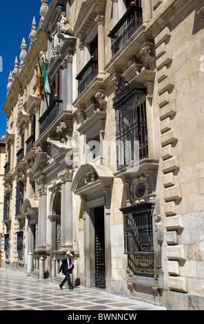 Mann in echte Chancilleria Gebäude, heute Justizpalast, Plaza Nueva, Stadtzentrum, Granada, Andalusien, Spanien. - Stockfoto