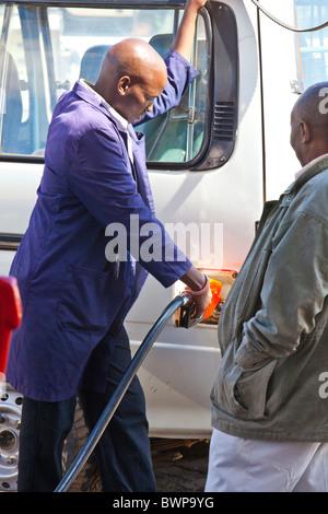 Füllung auf einen Tankwart in Narok, Kenia Safari-Fahrzeug - Stockfoto