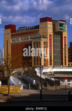 Tagsüber Blick auf Gateshead Millennium Bridge und Baltic Centre for Contemporary Arts, Gateshead, Tyne and Wear