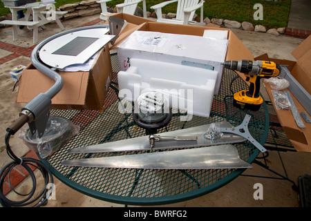 """Installation einer Wohn-Windkraftanlage ist für eine Episode der DIY Network Show """"This New House"""" gedreht. Redondo - Stockfoto"""
