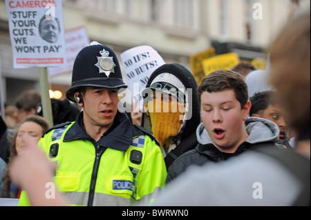 Ein stark kontrollierten Kursteilnehmerprotest marschieren durch Brighton UK demonstrieren gegen vorgeschlagenen - Stockfoto