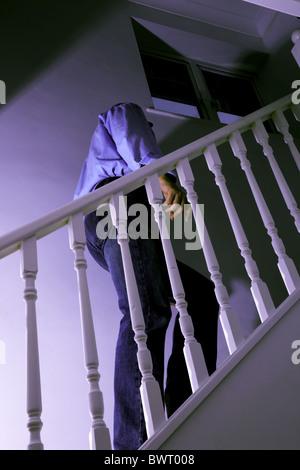 Mann zu Fuß eine dunkle Treppe - Stockfoto