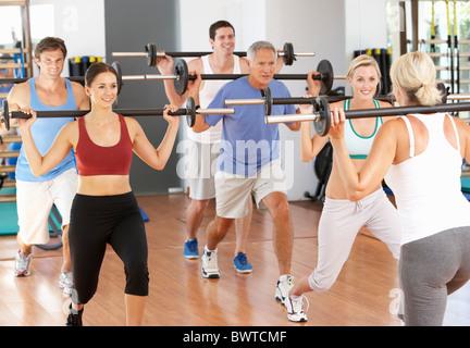 Gruppe, Leute, die Krafttraining im Fitness-Studio - Stockfoto