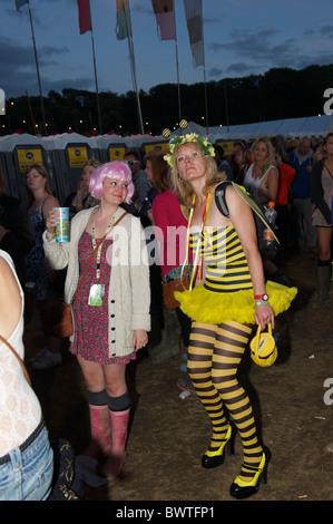 Musik Nachtschwärmer genießen Sie Musik am Finaltag der Bestival 2010 in Newport, Isle Of Wight, England am 12. - Stockfoto
