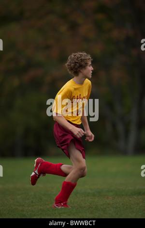 Jungen spielen Fußball (Fußball) - New York - USA - 13 Jahre alt - Stockfoto
