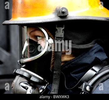 Weibliche Feuerwehrmann trägt BA - Stockfoto