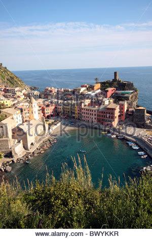 Vernazza, eines der fünf Fischerdörfer in Italiens Weltkulturerbe Cinque Terre, von oben gesehen. - Stockfoto