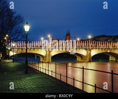 Basel Basel Schweiz Europa Basel Basel Stadt Stadtbeleuchtung mittleren Brücke nachts Rhein Fluß - Stockfoto