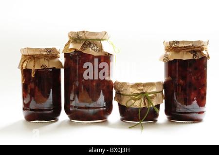 Gläser von hausgemachte Hackfleisch (mit frischen und getrockneten Früchten) in verschiedenen Größe Gläser mit Geschenkpapier - Stockfoto