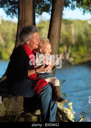Oma mit ihrem zwei Jahre alten Enkelin genießen ihre Zeit in der Natur. Ontario, Kanada. - Stockfoto